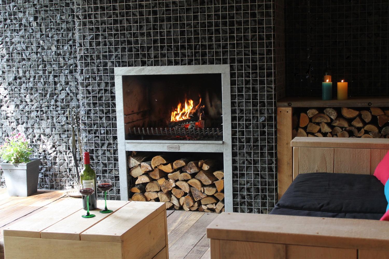 Steinkorb Block-Kamin Grill mit Bauholzmöbel