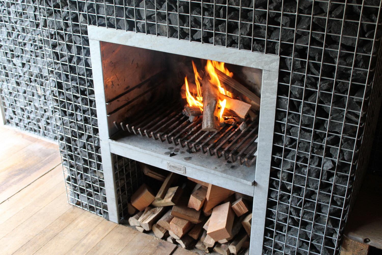 Steinkorb Block-Kamin Grill mit Feuer
