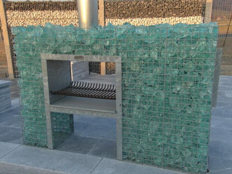 Kamin befüllt mit Glasbrocken Bruchsteinen