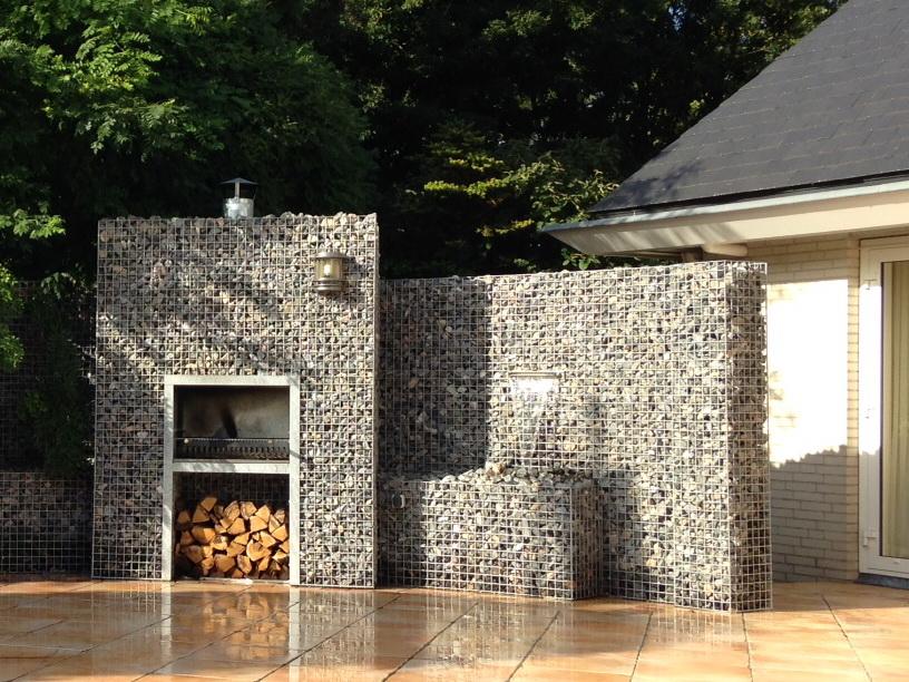 Gabionen mit Wasserfall und Kamin