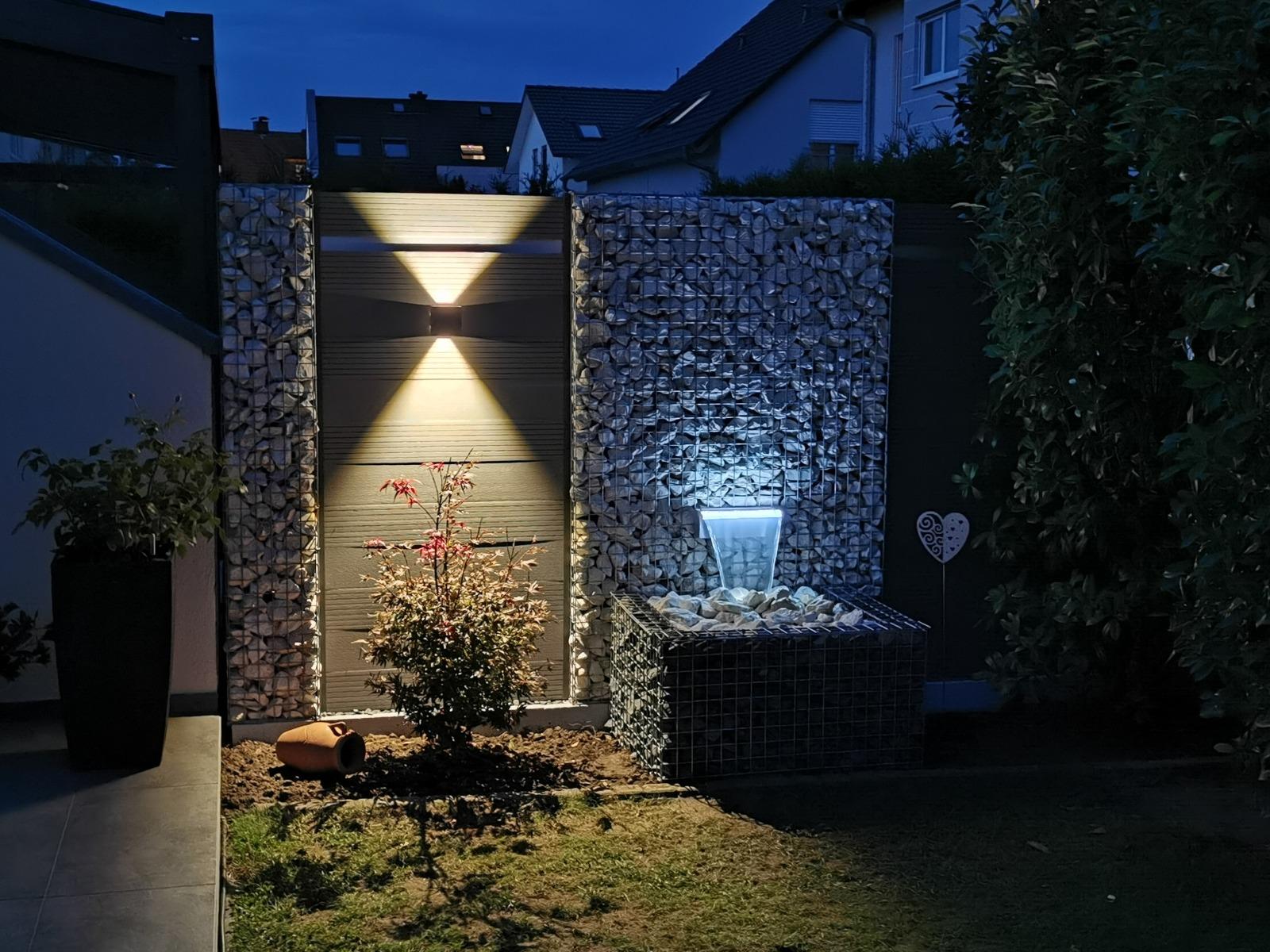 Gabionen mit WPC, Wasserfall un LED